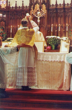 Mgr Williamson célébrant la messe